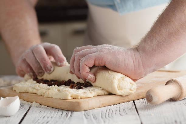 männliche walzcotage käferstrudel mit rosinen - frucht pizza cookies stock-fotos und bilder