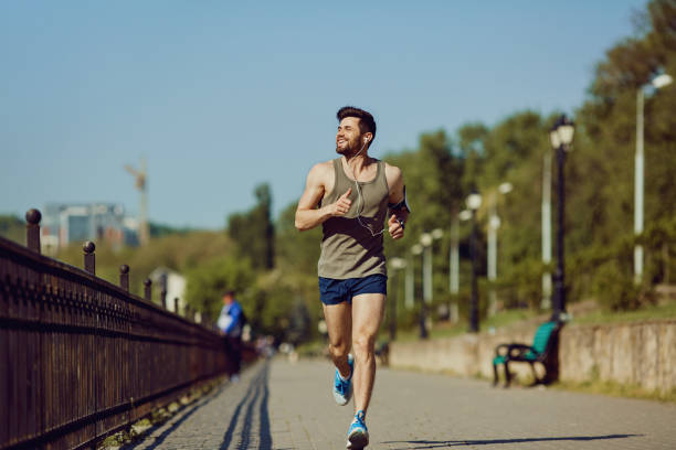 Ein männlicher Läufer läuft auf dem Weg zum park – Foto