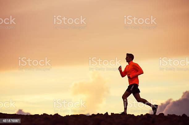 Hombre De Corredor Corriendo Silueta En La Puesta De Sol Foto de stock y más banco de imágenes de Maratón