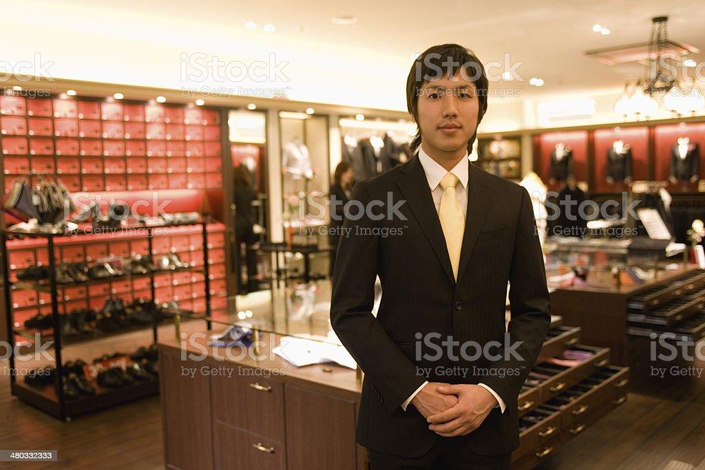 雄 salesclerk 、男性用衣料のカウンター ストックフォト