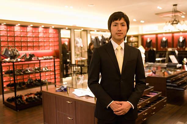 雄 salesclerk 、男性用衣料のカウンター - 小売販売員 ストックフォトと画像