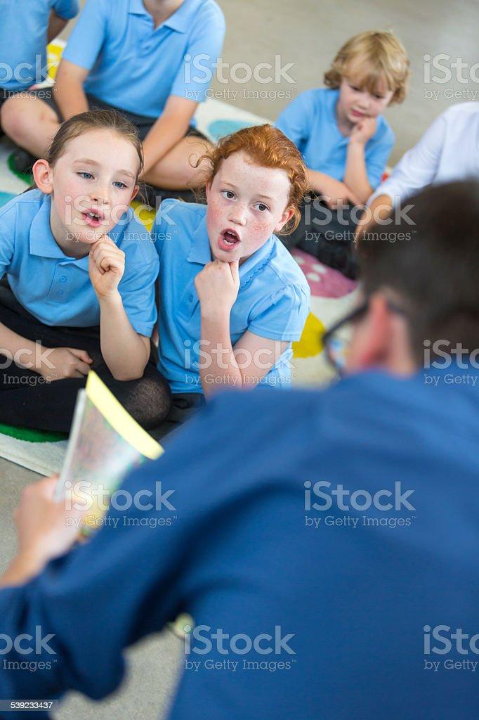 Macho escuela maestro de lectura a clase foto de stock libre de derechos
