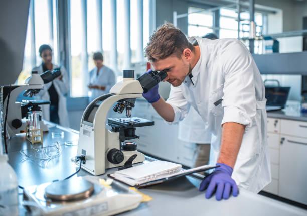 Männliche Wissenschaftler Mikroskop im Labor – Foto