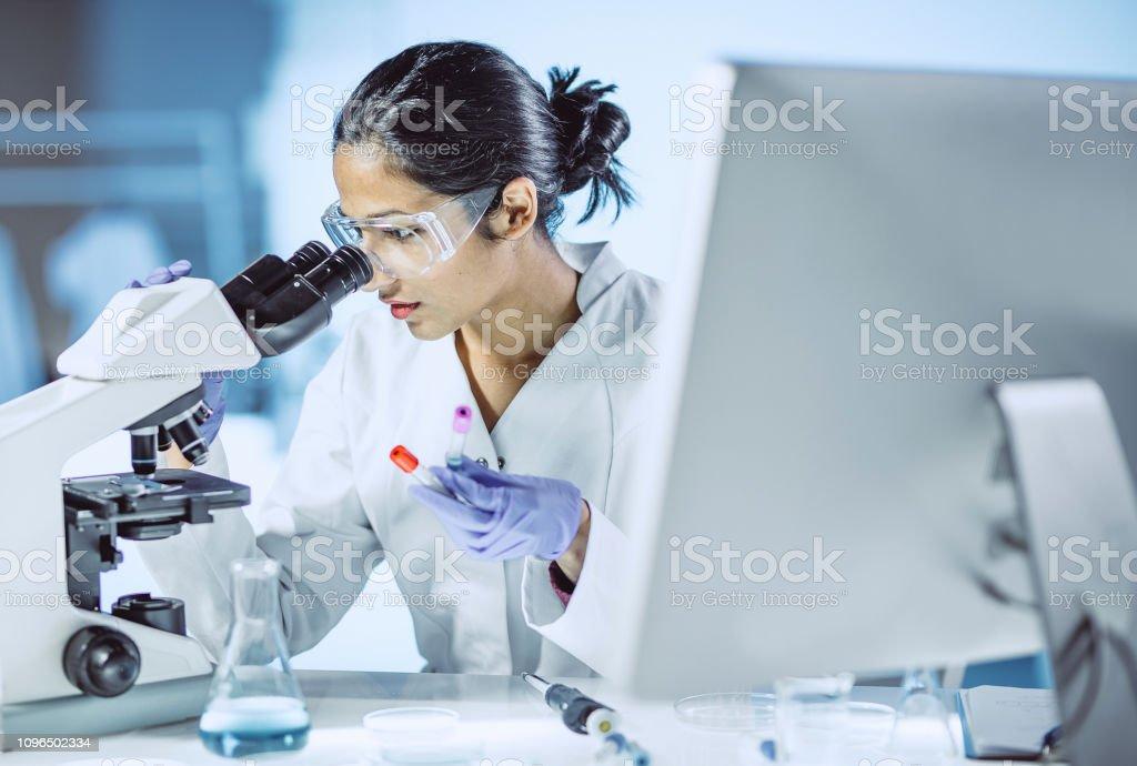 Mâle scientifique travaillant au laboratoire photo libre de droits