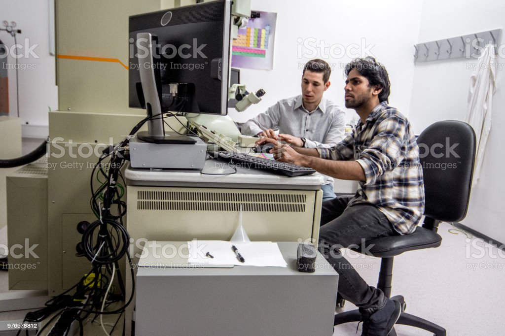 Hombres científicos haciendo investigación en laboratorio - foto de stock