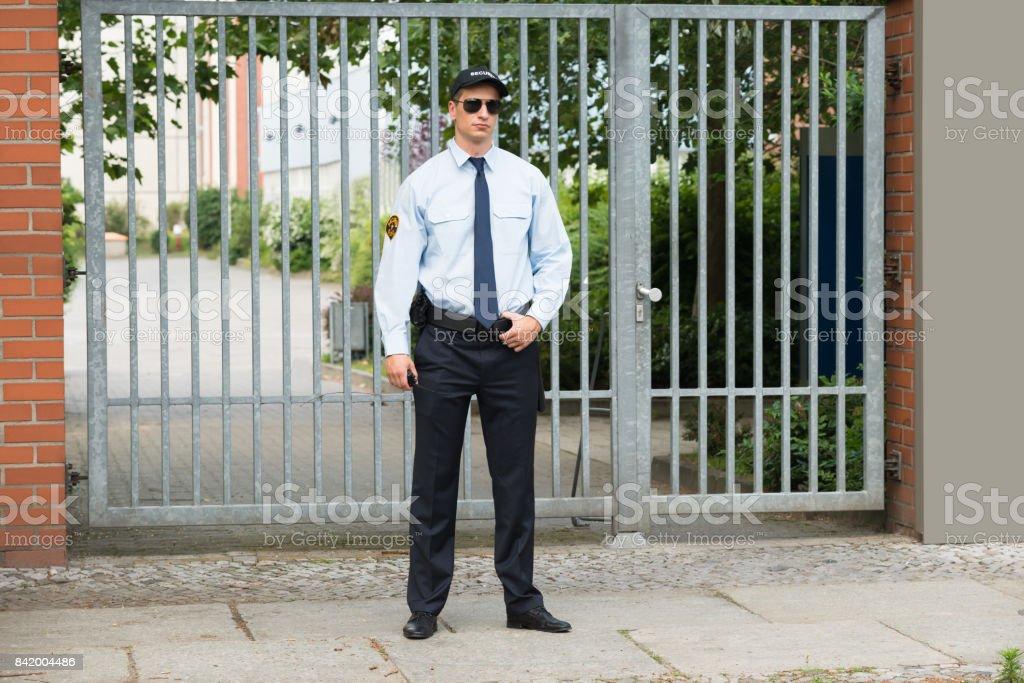 Homme et agent de sécurité debout devant l'entrée - Photo