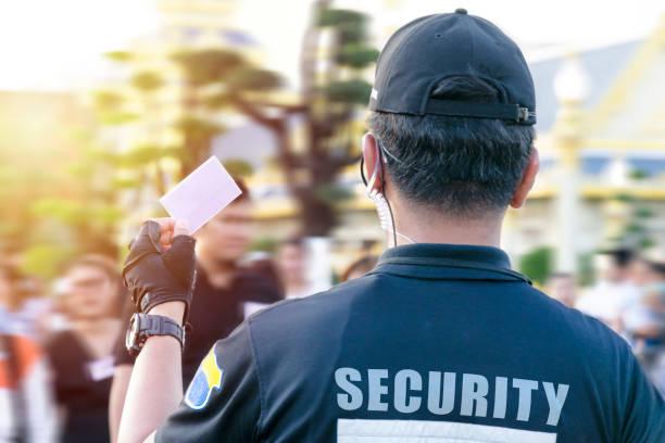 Guardia de seguridad masculino con radio portátil al aire libre. - foto de stock