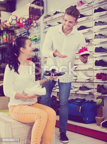 istock Male shop assistant helping customer 638386272