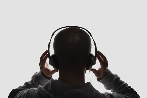 Manliga Siluett Med Händer Som Håller Hörlurarna-foton och fler bilder på Audioutrustning