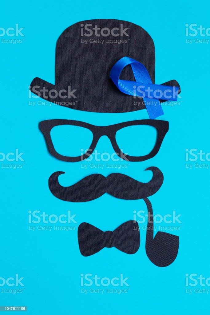 Männliche Silhouette mit Schnurrbart, Brille und Hut Muster und blaues Band Symbol auf blauem Hintergrund – Foto
