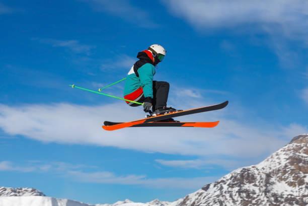 Männliche Skifahrerspringen in der Luft – Foto
