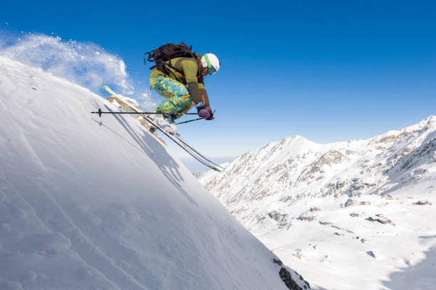 Male skier skiing off piste and jumping in air – Foto