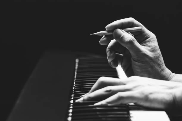 manliga låtskrivare händer komponera en låt på piano, svart och vitt. låt skrivande koncept - komposition bildbanksfoton och bilder