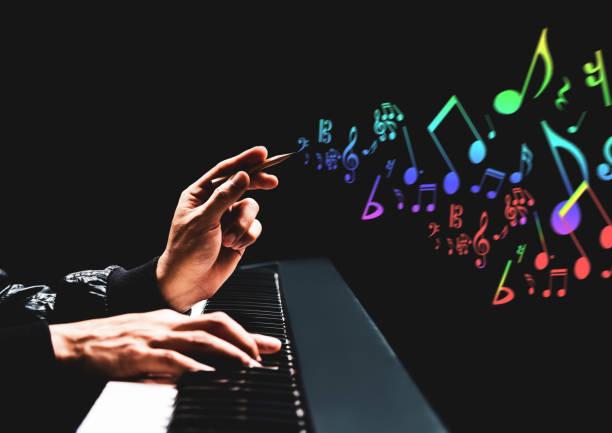 manliga låtskrivare händer komponera en låt på piano. låtskrivandet, musik utbildning koncept - komposition bildbanksfoton och bilder