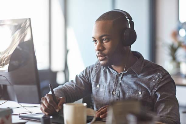 Männlicher südafrikanischer Designer Hört Musik auf Kopfhörern – Foto