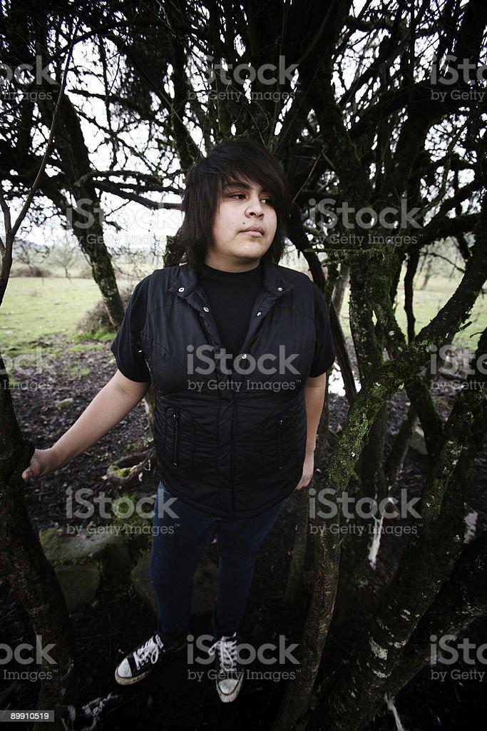 Männliche stehen neben Bäumen und Geäst Lizenzfreies stock-foto