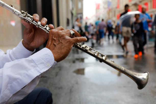 manliga gatumusikant spelar klarinett - istiklal avenue bildbanksfoton och bilder