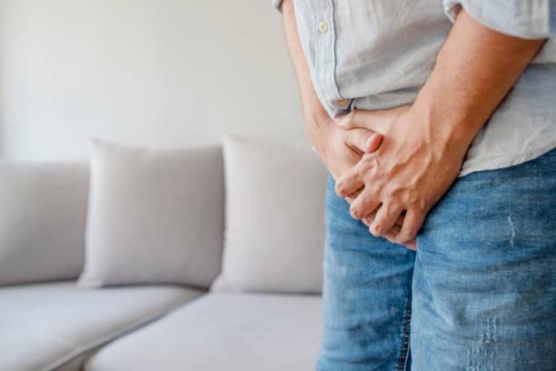 männer leiden mit schmerzen im urogenitalen system - druck jeans stock-fotos und bilder