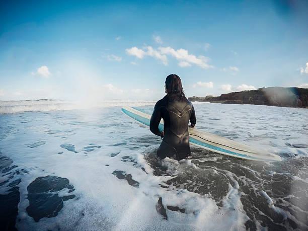 male surfer in the sea - com os pés na água - fotografias e filmes do acervo