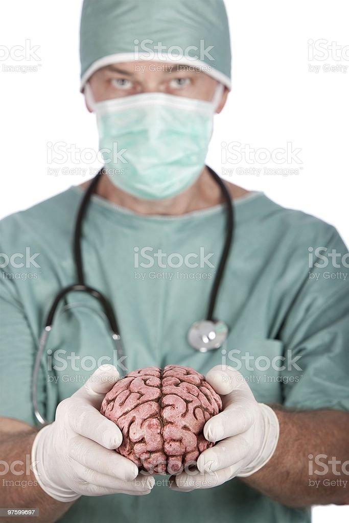 Chirurgien mâle tenant cerveau photo libre de droits