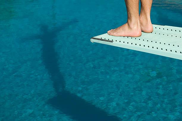 hombre de pie sobre trampolín nadador - trampolín artículos deportivos fotografías e imágenes de stock