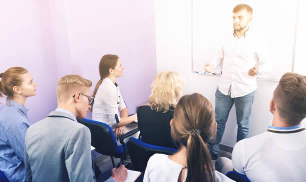 männliche lehrer, vortrag für schüler - lautsprecher test stock-fotos und bilder