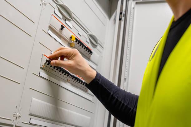 Männlicher Techniker prüft elektrischeSicherung im Serverraum – Foto