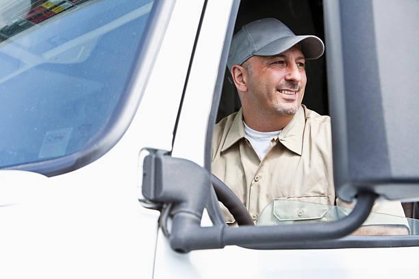 macho conductor de camión semi sentado en taxi - conductor de autobús fotografías e imágenes de stock