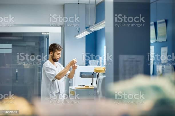 Male veterinarian working in laboratory picture id916855706?b=1&k=6&m=916855706&s=612x612&h=uyl1shinelzal0tmfejkgprxequbc6dqec sjt r ns=
