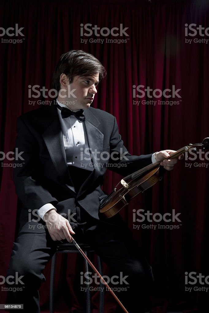 숫나사 바이올린 연주자 루킹 할인 royalty-free 스톡 사진