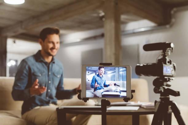 Männliche Vloggerin Inhalte vor der Kamera aufnehmen – Foto