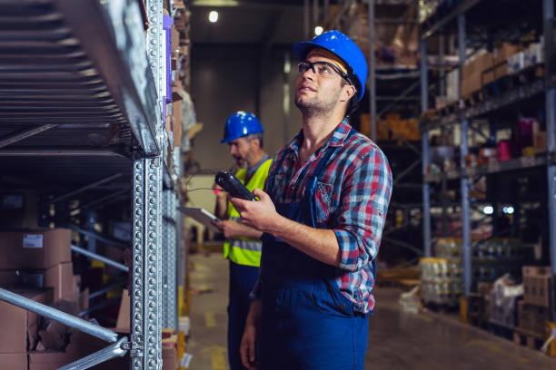 mannelijke magazijn medewerker met streepjescode scanner - warehouse worker stockfoto's en -beelden