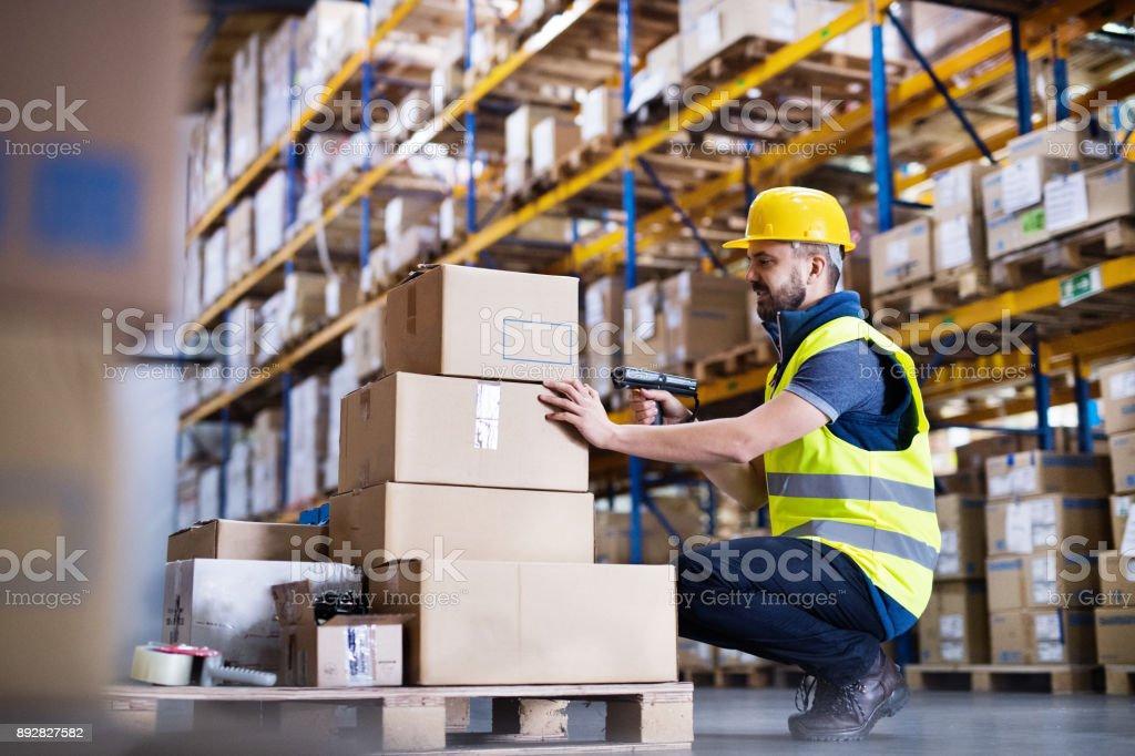 Mannelijke magazijnmedewerker met barcodescanner. foto