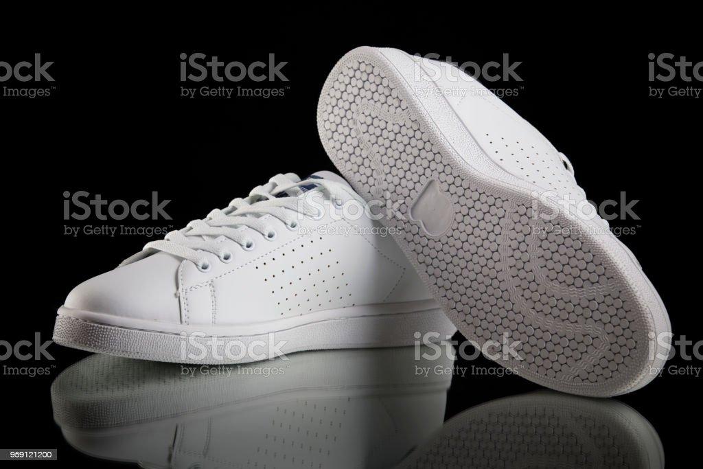 buy online 1b0f5 d390a Männliche Weiße Sneaker Auf Schwarzem Hintergrund Isoliertes Produkt  Bequeme Schuhe Stockfoto und mehr Bilder von Abendgarderobe