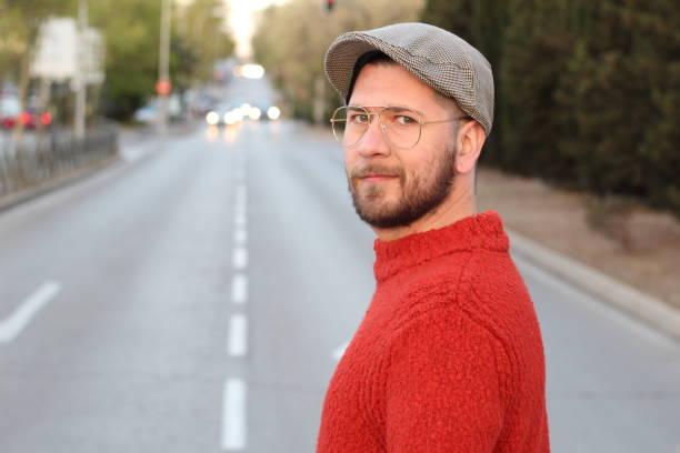 Macho com olhar do hipster na cidade - foto de acervo