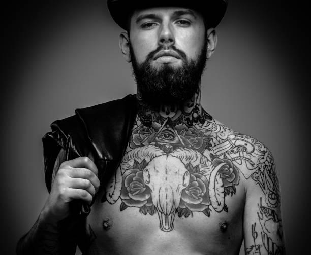 männer mit tätowierungen auf seinem körper - männliche körperkunst stock-fotos und bilder