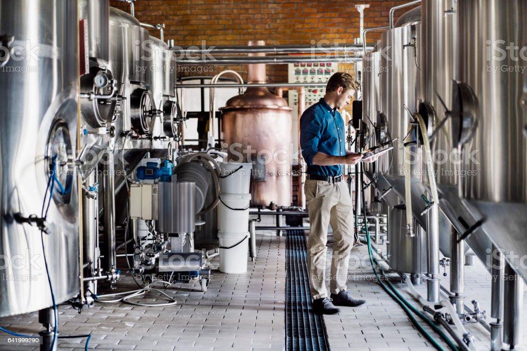 Male worker using digital tablet in brewery - foto stock