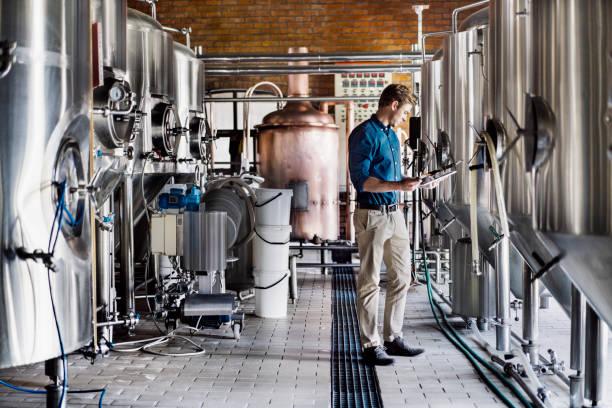 남성 노동자 양조장에서 디지털 태블릿을 사용 하 여 - 맥주 공장 뉴스 사진 이미지