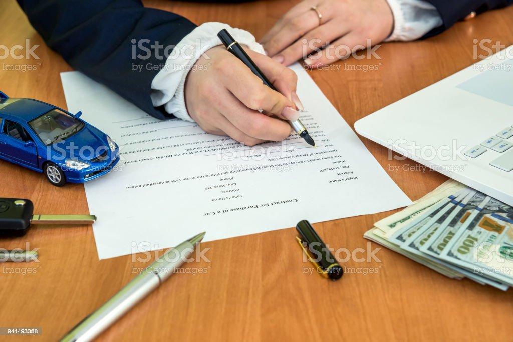 Les mains du m le signature sur contrat voiture prétendent forme