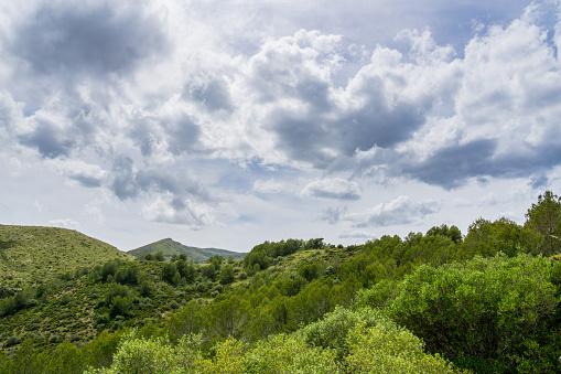 Foto de Mallorca Silêncio Na Paisagem Natureza Verde Deslumbrante Das Montanhas Interior Com Céu Dramático e mais fotos de stock de Atividade