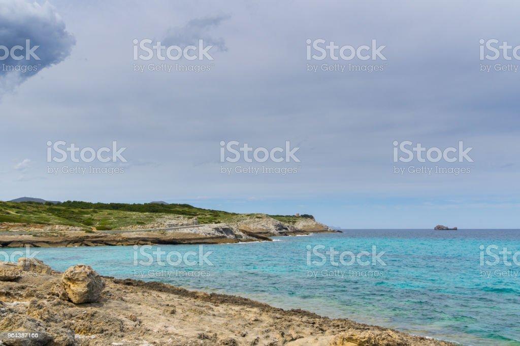 Mallorca, Turquoise zee water en cliff kustlijn van de baai Cala Estreta - Royalty-free Activiteit Stockfoto