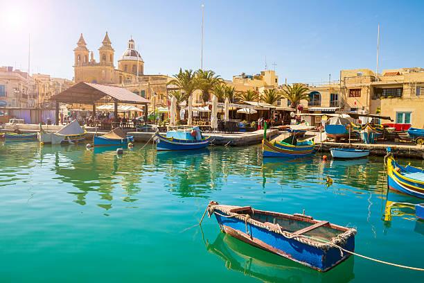 malta - marsaxlokk market with traditional colorful luzzu fishing boats - 몰타 뉴스 사진 이미지