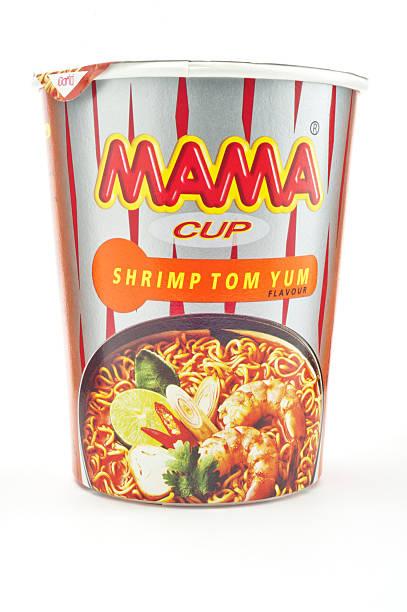 mama instant noodle cup - schnelle suppen stock-fotos und bilder