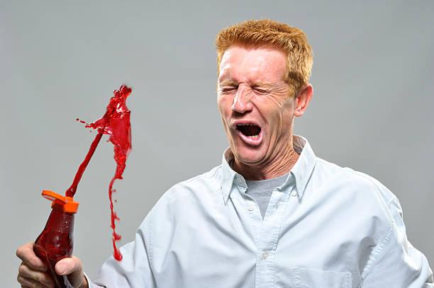 Mann über die sonnenverwöhnte mit ketchup Flasche – Foto