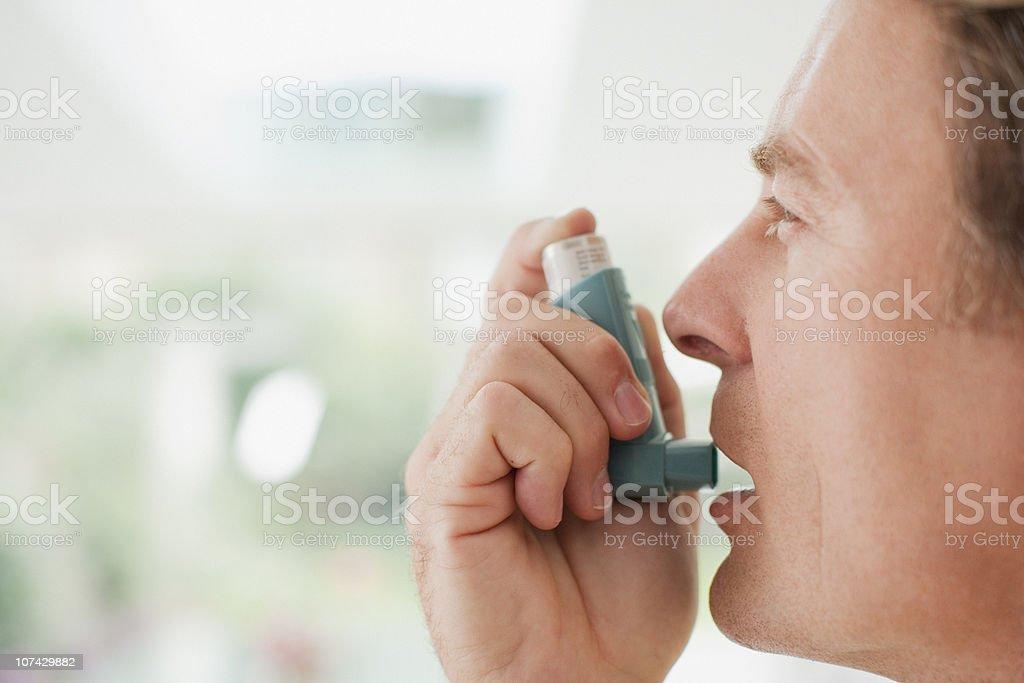 Homem vai para usar Bombinha de Asma - foto de acervo