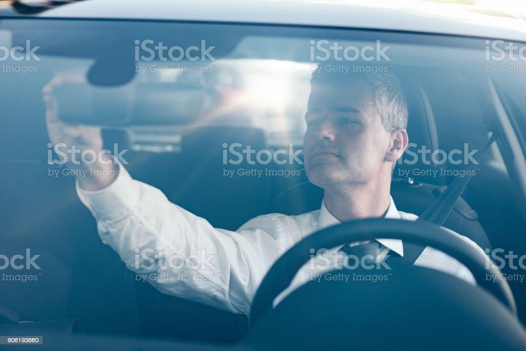 Homem, ajustando um espelho retrovisor - foto de acervo