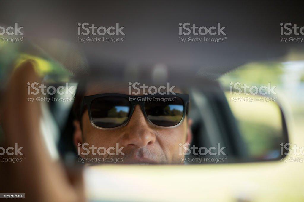 Espelho de ajuste homem no carro - foto de acervo
