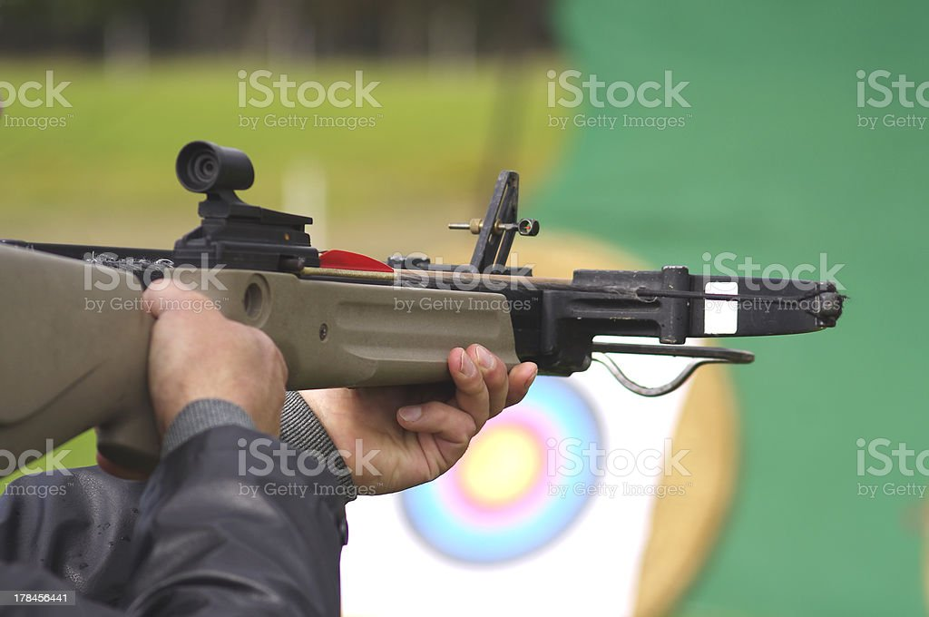 Homme viser crossbow sur les objectifs - Photo