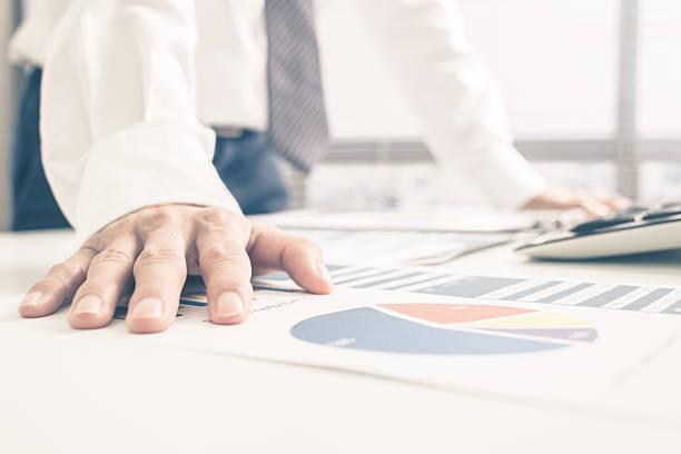 Mann Analyse Business-Bericht. Buchhaltung – Foto