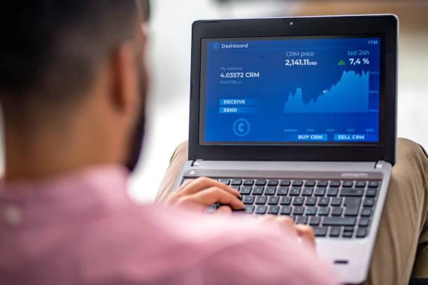 Analyse der finanziellen Diagramm auf seinem Laptop mann – Foto